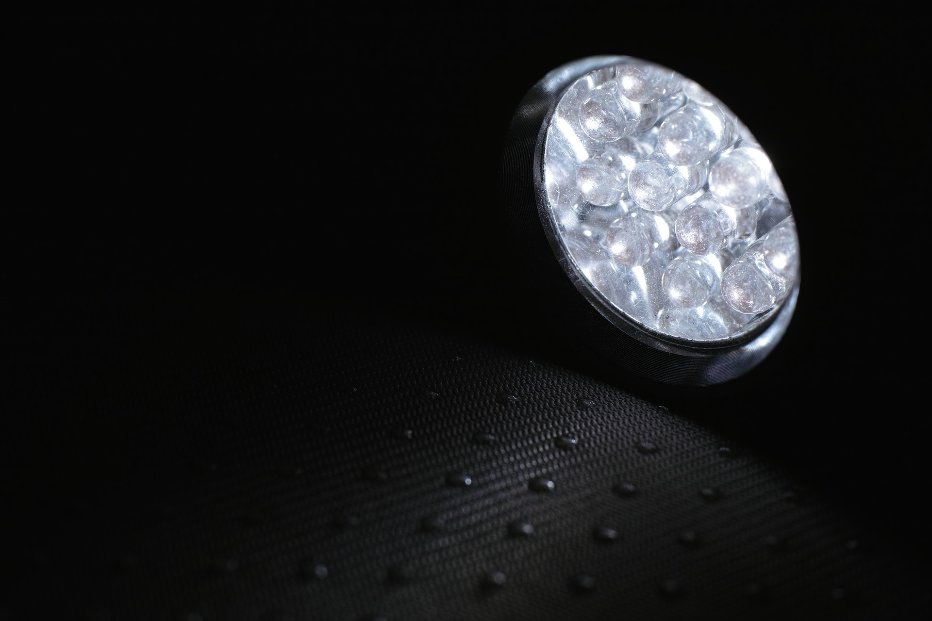LED Tauchlampe im dunklen Wasser